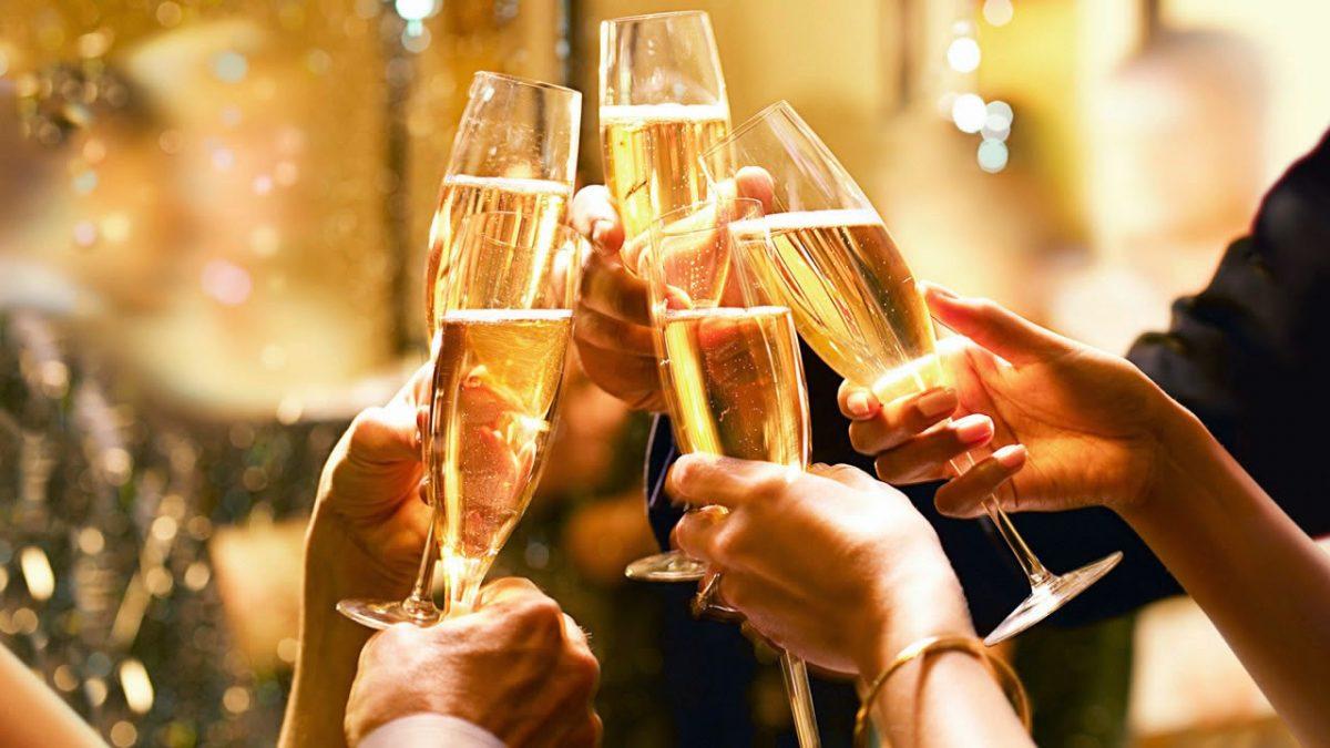 Pessoas brindando na festa de fim de ano
