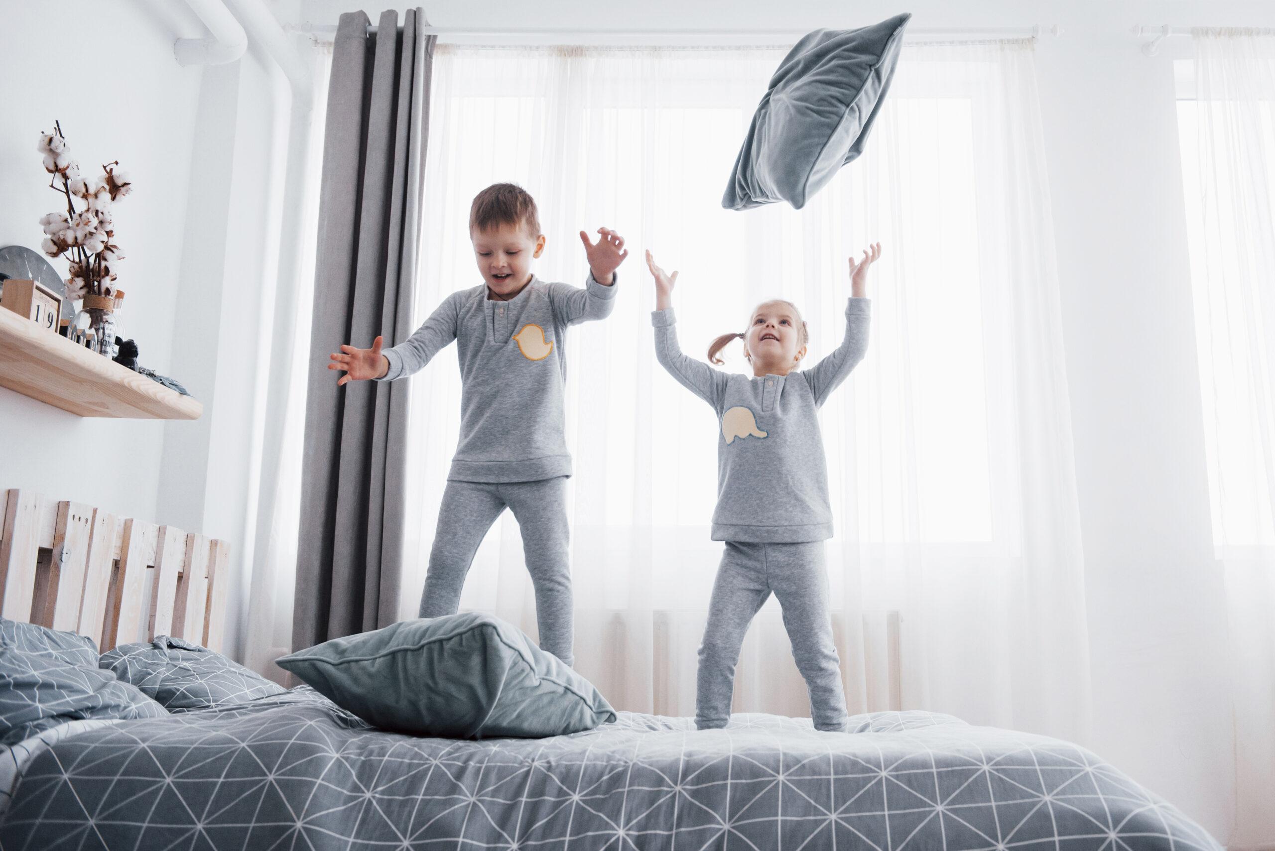 Férias escolares crianças na cama
